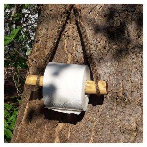 Toilettenpapierhalter hängt am Baum