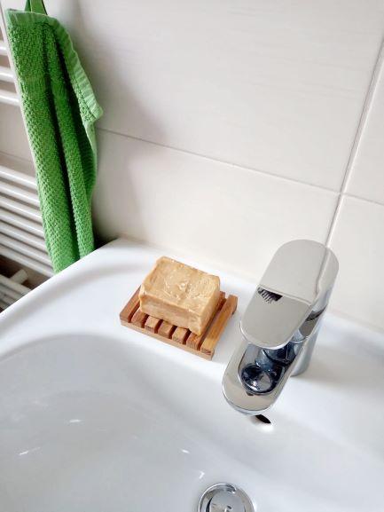 Seifenschale aus Holz mit Seife auf dem Waschbecken