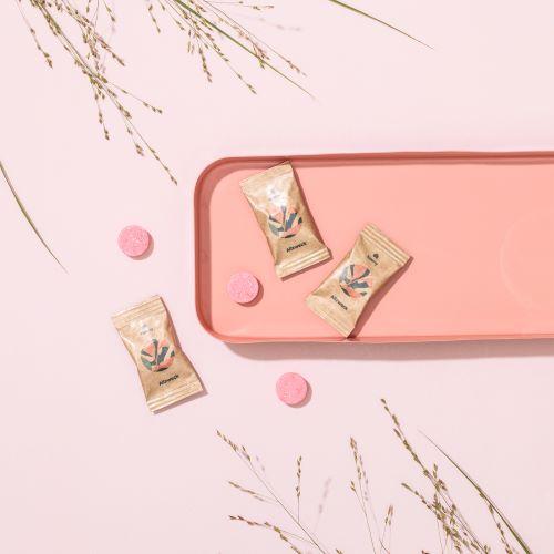 3 Allzweckreiniger Tabs in Papiertüten auf einem rosa Tablett